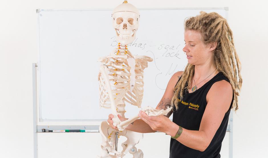 byron-yoga-chloe-teach-74