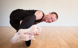 byron-yoga-john-armbalance